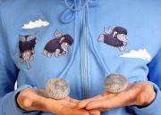 Толстовка  украшена пушистыми, меховыми помпошками на шнурке. Фото