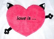 Аппликация Сердце сделана из мягкого материала с высоким ворсом и по краям надежно пришита к футболке