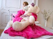 Теплый, розовой плед с рукавами позволит вам взять телефон, пульт, чашку горячего кофе, не снимая одеяла.
